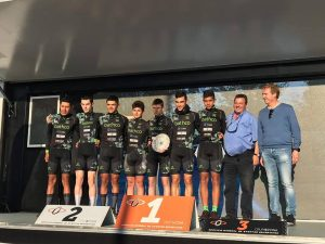 Bathco Cycling junior en el podium de la crono